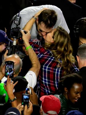 Tom Brady y Gisele Bündchen se saludan después de la final de la Super Bowl.