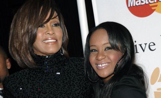 En la imagen Bobbi Kristina junto a su madre, la fallecida Whitney Houston.