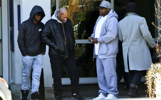 Bobby Brown, el segundo desde la derecha, afuera del Hospital Emory en Atlanta, en donde se encuentra ingresada su hija Bobbi Kristina Brown.