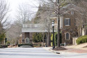 Vista de la entrada al barrio en el que reside la hija de la fallecida Whitney Houston, Bobbi Kristina Brown, quien se encuentra hospitalizada en un hospital de Atlanta.