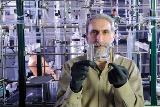 Una bacteria modificada convierte la energía del Sol en combustible líquido