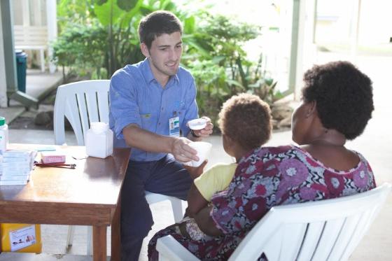 El médico español Oriol Mitjà, en la isla de Lihir (Papúa Nueva Guinea).