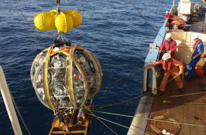 Lanzamiento de los módulos de detección al mar antes de desplegarlos en hileras.