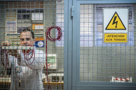 Un investigador en un laboratorio de ingeniería eléctrica de la Universidad Carlos III, en Madrid.