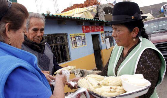 Una ecuatoriana vende 'choclos' (maíz cocinado) en Zumbahua.