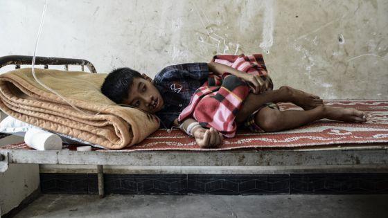 Un niño enfermo espera atención a en el hospital de Laiza, que ha cerrado su planta de pediatría por falta de recursos.