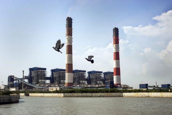 Planta de carbón en la región de Mundra, en India, que ha afectado a la actividad pesquera de los vecinos.