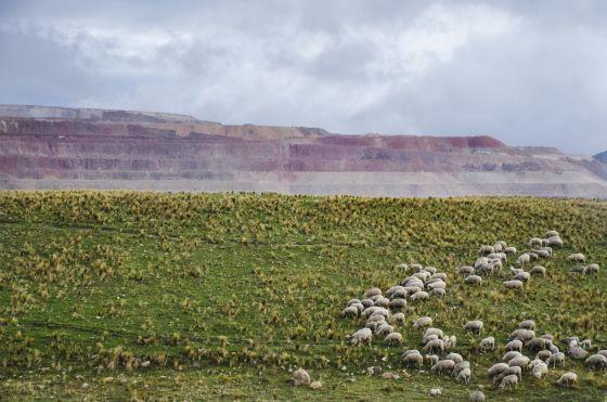 Mina de oro en Yanacocha, al norte de Perú. Construida hace dos décadas, la instalación contamina el agua y afecta a las plantaciones y salud de los agricultores de la zona y sus familias.