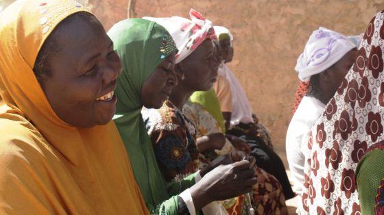 Un grupo de mujeres atiende en una reunión de la Asociación Afedi.