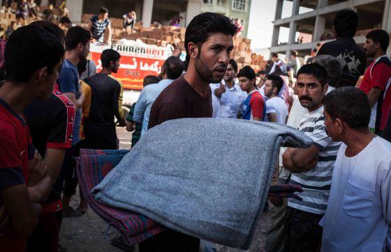 Reparto de kits de aseo entre los habitantes de Zakho.