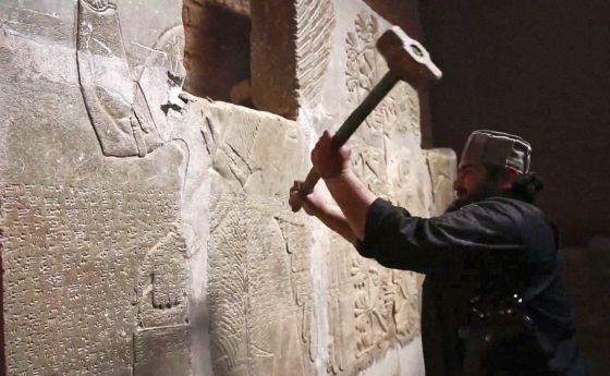 Imagen de un vídeo difundido en abril en el que un afiliado al Estado Islámico empuña un martillo durante la demolición de la ciudad asiria de Nimrod (30 kilómetros al sureste de Mosul) perpetrada el pasado marzo.