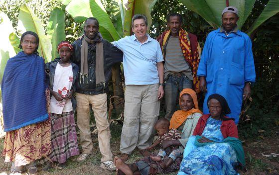 Xavier de las Cuevas junto con un grupo de pacientes y personal del hospital de Gambo, Etiopía, donde ha estado como voluntario.