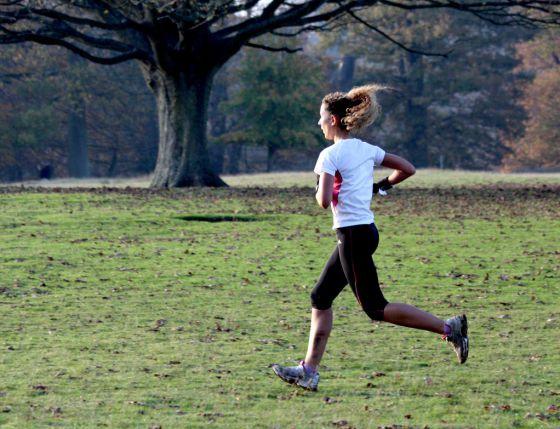 Las personas que hacen ejercicio y mantienen un peso adecuado viven hasta siete años más que los sedentarios con obesidad, según un estudio