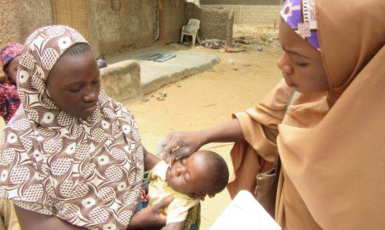 Una vacunadora inmuniza a un bebé en Dambatta, en el norte de Nigeria.