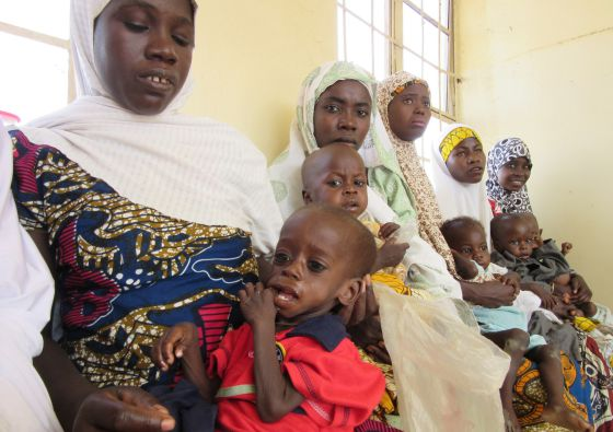 Madres con sus niños malnutridos en el Centro de Gestión de la Malnutrición Aguda de Badume, donde reciben tratamiento e inmunización contra la polio.
