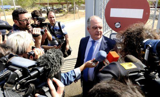 El abogado de Isabel Pantoja, Carlos Esteban Romero, a las puertas de la cárcel