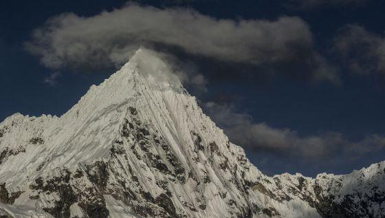 Nevado Pirámide de Garcilaso (5.885 metros). Su belleza es arrobadora, pero, como otras montañas, abriga un riesgo para las poblaciones vecinas