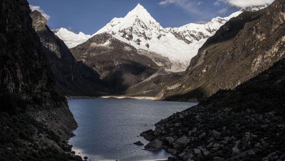 Laguna Parón, la más grande de la Cordillera Blanca. Varias veces ha estado a punto de desbordarse y provocar un desatre de enormes proporciones.