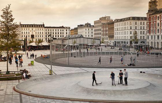 Esta plaza del centro de la ciudad está preparada para fuertes lluvias.
