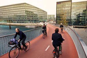 El nuevo puente que cruza el puerto es solo para bicis, que tienen preferencia en toda la ciudad.