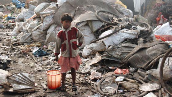 Un niño dalit recorre uno de los suburbios de Varanasi (India).