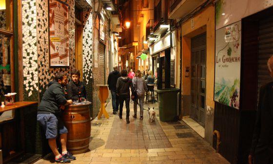 Una de las calles de 'El Tubo', zona típica de tapas en Zaragoza.