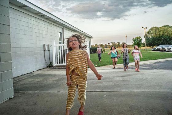 Niños en el exterior de una iglesia,