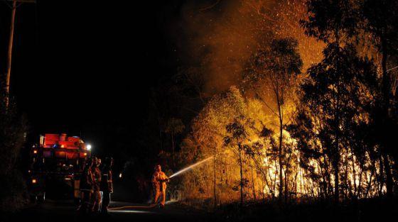 Un equipo de bomberos trata de extinguir un incencio en Springwood, al oeste de Sidney (Australia), en 2013.