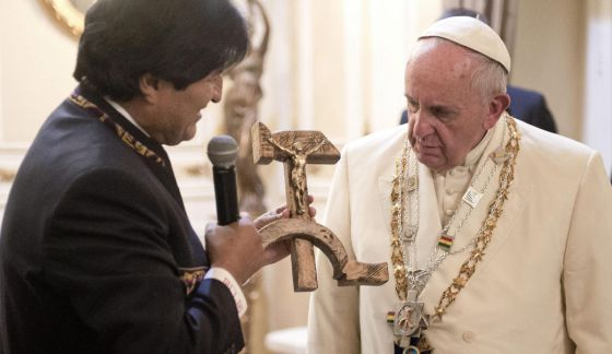 Evo Morales entrega un crucifijo con la hoz y el martillo al Papa Francisco.