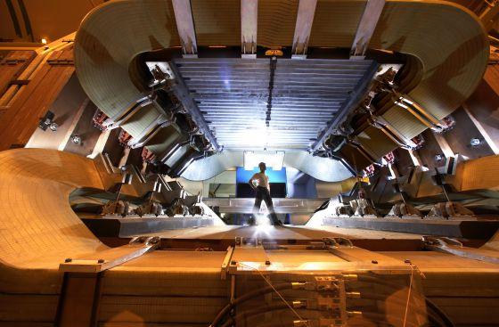 Un operario examina el experimento LHCb