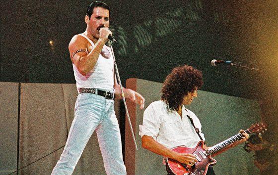 Freddie Mercury, con su camiseta ceñida de tirantes, y Brian May con su melena leonina. 13 de julio de 1985. Estadio Wembley. Londres. El rock nunca lo olvidaría.