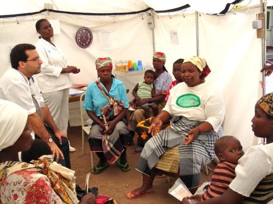 Un médico del ISGlobal en el Centro de Investigación en Salud de Manhiça (Mozambique).