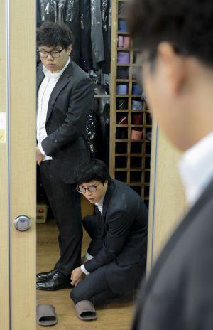 Un usuario de The Open Closet se prueba un traje para hacer una entrevista de trabajo.
