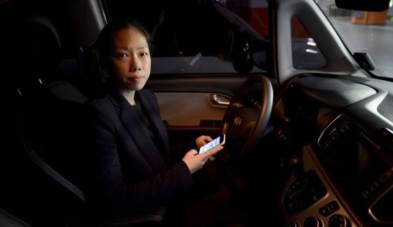 Jiyoung Hong, directora de SoCar, muestra la aplicación con la que se desbloquean los coches que alquila por horas.
