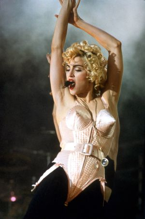 Madonna con el corsé de Jean Paul Gaultier en el 'Blonde Ambition tour' de 1990.