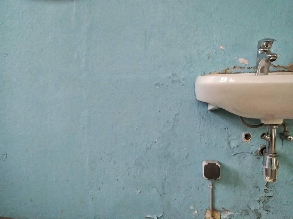 Todo lo que hacemos mal en un baño público (sentarse en la taza es lo de menos)