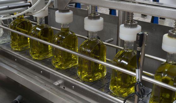 Envasado de aceite de oliva virgen extra en una almazara de Jaén en 2014.