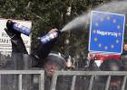 La policía húngara gasea a los refugiados