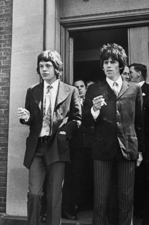 Mick Jagger e Keith Richards saindo do tribunal em 1967, acusados de posse de drogas.