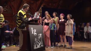 El ganador del Ig Nobel de Fisiología por dejarse picar por abejas, durante la ceremonia.