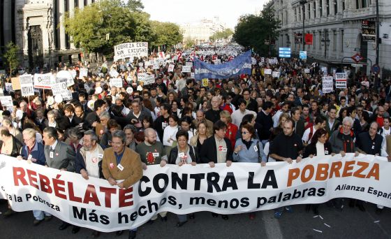 Cabecera de una manifestación convocada contra la pobreza en Madrid en 2006.