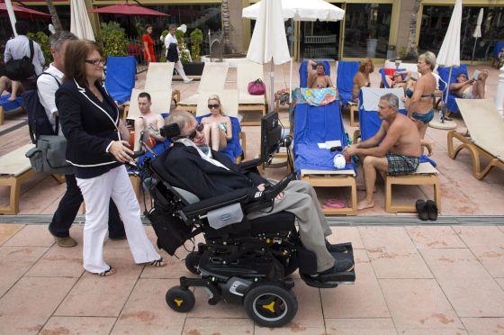 Stephen Hawking cruza la piscina de su hotel, en Tenerife.