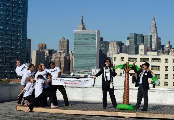 El grupo Actionaid representa una actuación en Nueva York con motivo de la aprobación de los Objetivos de Desarrollo del Milenio.