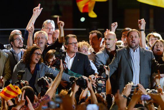 Artur Mas, Raül Romeva y Oriol Junqueras, celebrando la noche del 27-S el triunfo de Junts pel Sí.