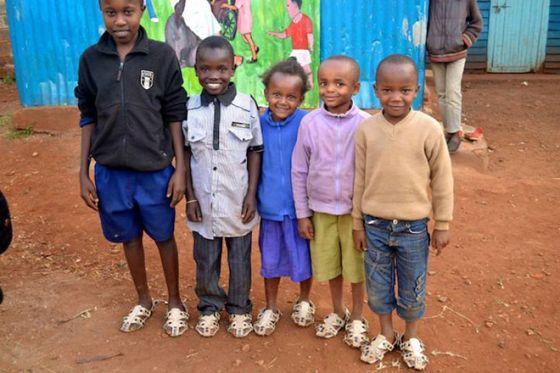 Niños con zapatos nuevos.