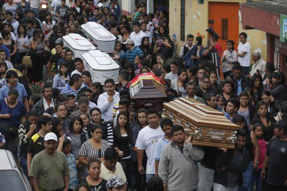 Funeral de cinco de las víctimas por el alud.