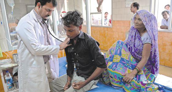 Un médico atiende a un paciente en Nueva Delhi (India).