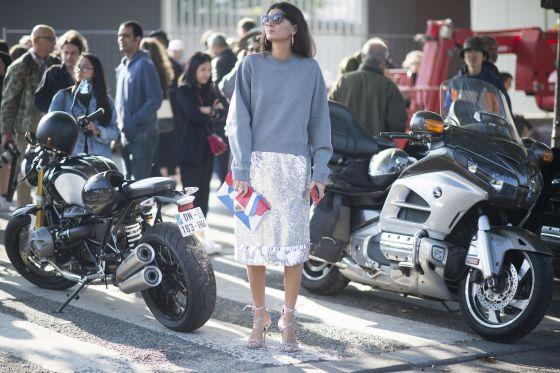 La editora de moda Giovanna Battaglia, en una calle de París durante la reciente semana de la moda de la capital francesa