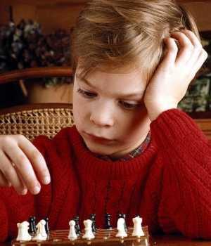 Un niño juega al ajedrez.
