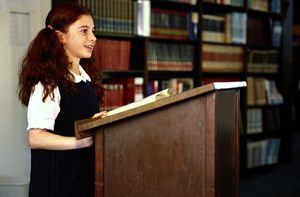 Las presentaciones en clase ayudan a desarrollar habilidades para hablar en público.